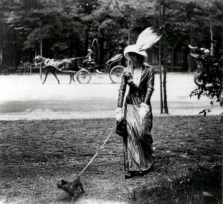 Jacques Henri Lartigue. Mary Lancret, Avenue des Acacias, Paris (juin 1912)