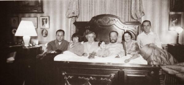 La famille Lartigue le 25 décembre 1925à Paris : «Zissou, Odette, Maman, Dani, Maman, Bibi et moi»
