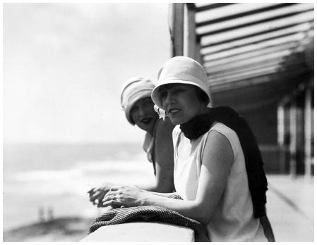 Jacques Henri Lartigue. Yvonne et Bibi, Royan (1926)