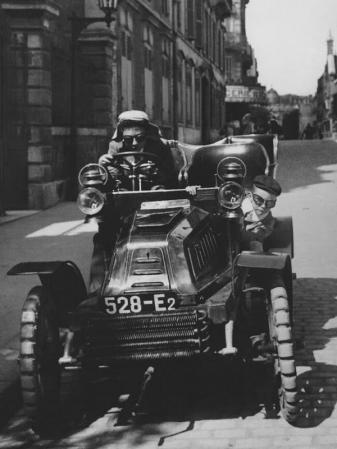 Jacques-Henri-Lartigue. « Zissou et moi en coureur automobile, rue Cortambert » (1903)