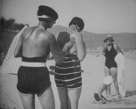 Jacques-Henri Lartigue. Marie-Rose, Bibi, Dany, Simone à la Plage d'Hendaye (août 1927)