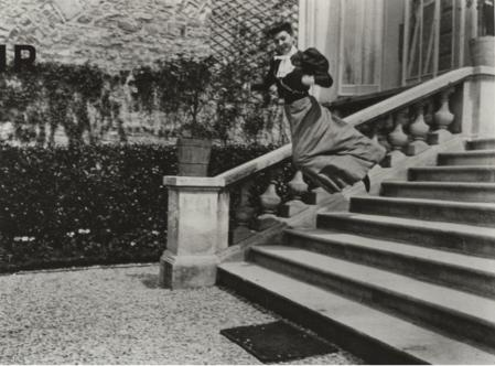 Jacques Henri Lartigue. Sa cousine Bichonnade, rue Cortambert, Paris (1905)