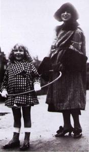 Kizette et sa mère au bois de Boulogne à Paris (1925)